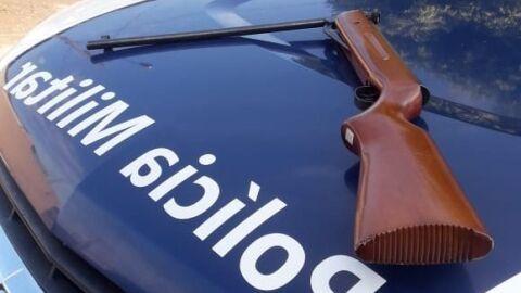 Policia Militar prende homem por porte ilegal de arma de fogo durante operação Hórus.