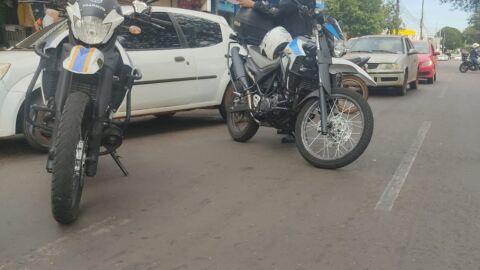 """Maio Amarelo  motociclista é flagrado pela PM em ziguezague com moto """"enroladinha"""""""
