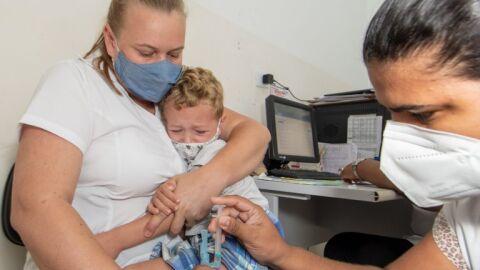 Aplicação contra influenza em crianças termina na 2ª, enquanto contra a Covid-19 amplia alcance