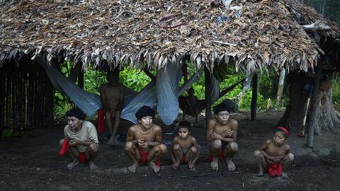 Garimpeiros ilegais lançam barco em canoa com crianças e adolescentes indígenas