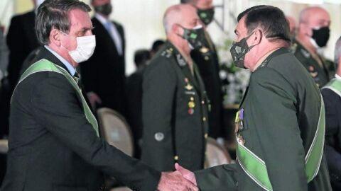 Comandante que livrou Pazuello de punição é condecorado por Jair Bolsonaro