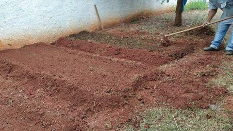 Internos de estabelecimento penal constroem horta em Centro de Educação Infantil de Jardim