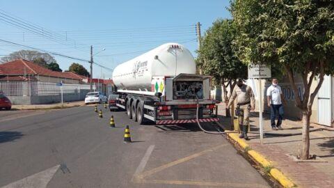 Motoristas estacionam em vaga destinada a caminhão de oxigênio em Hospital