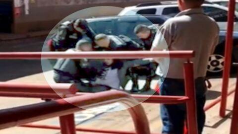 Vídeo: PM dá socos e chutes em advogado algemado; imagens fortes