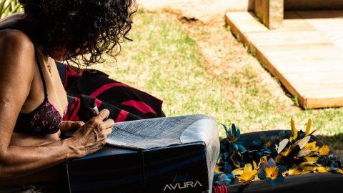 Peças de couro descartadas viram biquínis eco-fashion em editorial de moda
