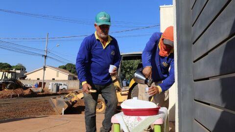Moradores deixam lanches e café em frente as casas para servidores que fazem asfalto