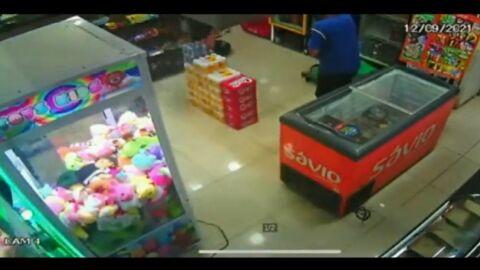 Vídeo: Homem tenta assaltar conveniência e morre após atirar na própria cabeça