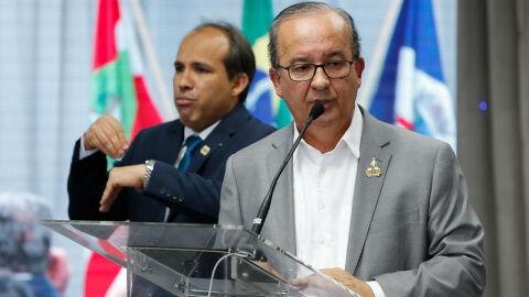 Senador bolsonarista que atacou relator da CPI loca carro do assessor com verba pública