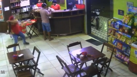 """Vídeo: """"Funcionário do mês"""", Uerlisson dá cadeirada e imobiliza assaltante em padaria"""