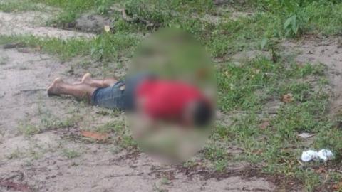 Populares filmam linchamento a pauladas, logo depois homem é executado; imagens fortes