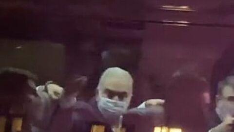"""Protestos irritam ministro Queiroga, que """"mostra o dedo"""" para manifestantes em NY"""