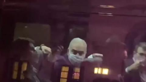 """Vídeo: alvo de protestos, ministro Queiroga """"mostra o dedo"""" para manifestantes em NY"""