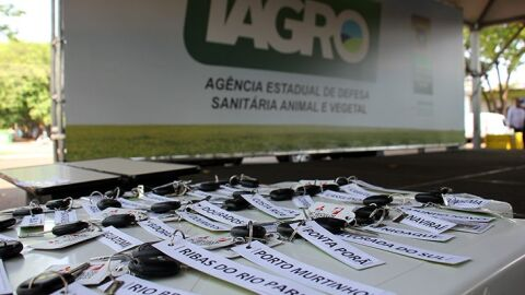 Governador Reinaldo Azambuja e diretor da IAGRO entrega camionetes aos municípios