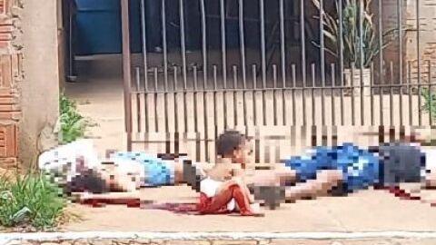 Vídeo: pais são executados e neném chora ao lado dos corpos na calçada
