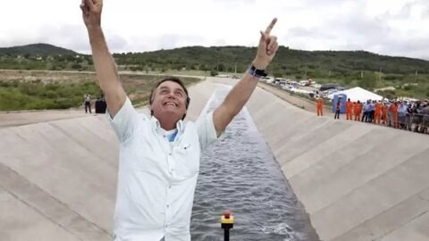 Acusado na CPI, Bolsonaro volta a enaltecer kit Covid