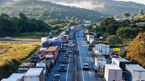 Bolsonaro promete auxílio de R$ 400 para 750 mil caminhoneiros