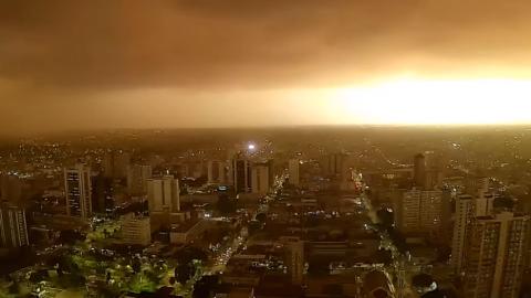 """Vídeos: poeira faz """"dia virar noite"""" e ventos provocam 'caos' na Capital"""