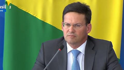 """Confuso, ministro anuncia R$ 400 """"não eleitoreiro"""" do Auxílio Brasil"""