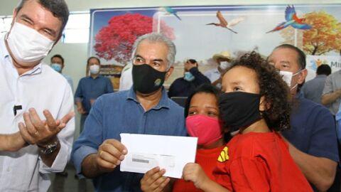 Em Miranda, Reinaldo Azambuja entrega cartões de programa social e anuncia novos beneficiados