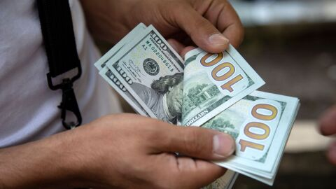 Dólar cai por primeira vez em cinco dias, mas fecha acima de R$ 5,40