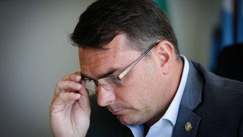 """""""Não posso mandar ninguém pagar uma conta para mim no banco?"""", diz Flávio sobre Queiroz"""