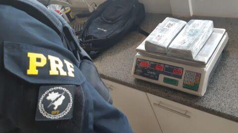 Passageira é presa com 2 kg de cocaína