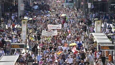 Com slogan nazista, em Berlim, extrema-direita alemã protesta contra o isolamento