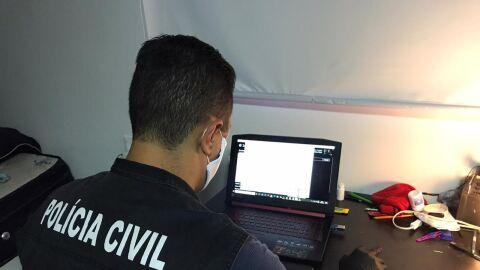 Polícia faz buscas na casa de suspeito de estelionatos sexuais na internet em MS