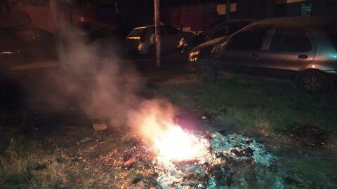 Dono de oficina é multado após atear fogo em muito plástico