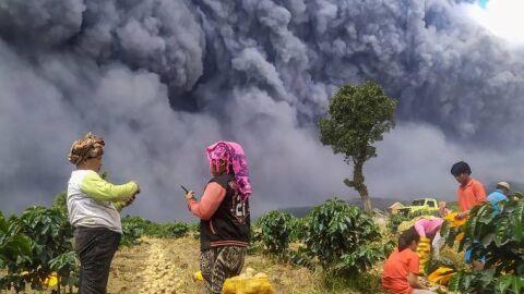 Vulcão volta a atividade após um ano de 'silêncio'; vídeo mostra a erupção