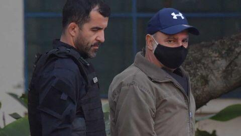 Queiroz e esposa deixam condomínio e são levados ao regime fechado