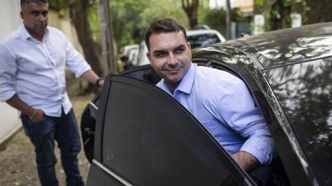 Flávio Bolsonaro pagou R$ 86,7 mil em espécie em 12 salas comerciais, diz jornal