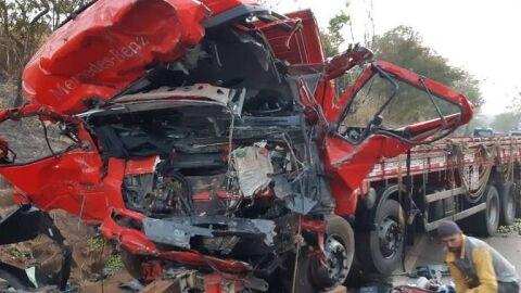 Fumaça de queimada provoca batida entre caminhão e van e deixa 12 mortos