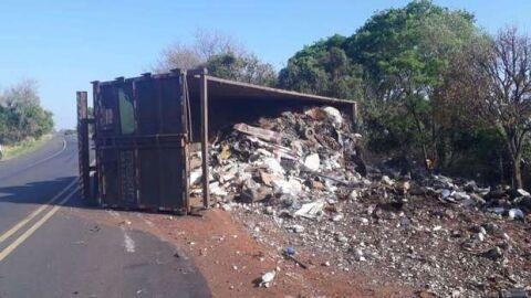 Caminhão lotado de entulhos tomba na BR-262