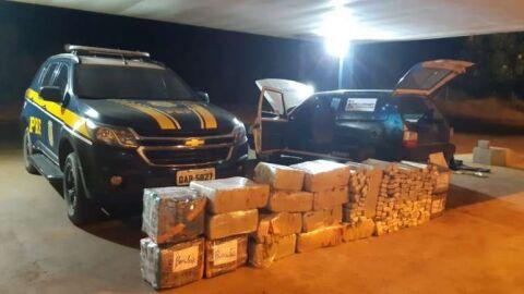 PRF apreende 631 kg de maconha e veículo abandonado