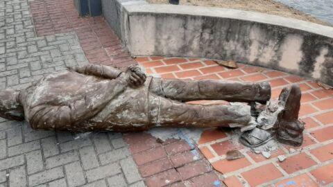 É depredada estátua de Ariano Suassuna, autor do Auto da Compadecida