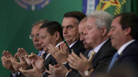 """Pode cair """"chuva negra"""" e Bolsonaro diz: Brasil 'de parabéns' na preservação ambiental"""