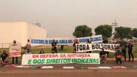 Bolsonaro é recebido no MT com caixão e faixas contra desmatamento