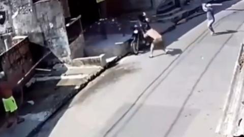 Vídeo: casal tenta roubar celular, mas apanha com pauladas e até jatos d'água