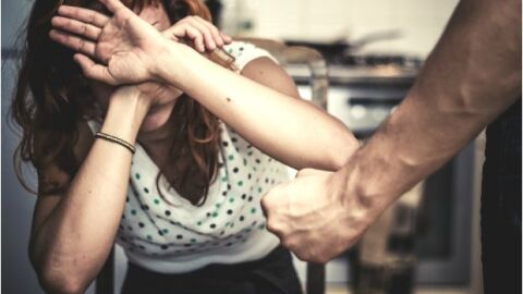 Homem espanca esposa gestante com barra de ferro e causa aborto