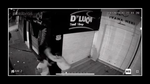 Vídeo: homem arremessa pedra na cabeça de mulher que urinava em calçada