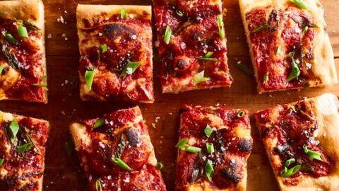 Receita de Pizza Focaccia com Molho de Tomate e Cebolinha