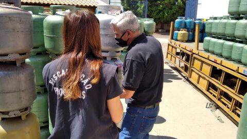 Fiscalização do Procon flagra irregularidades em revendedoras de gás de cozinha