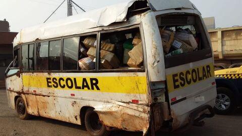 Motorista capota micro-ônibus carregado com droga durante fuga