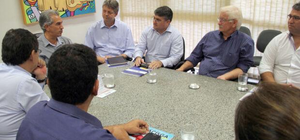 Azambuja discute parceria com associações para beneficiar comércio
