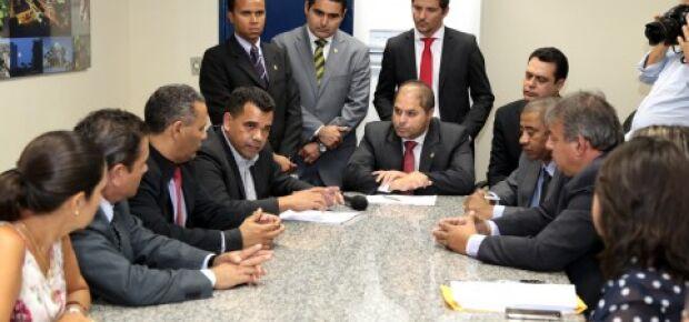 Secretário entrega documentos sobre