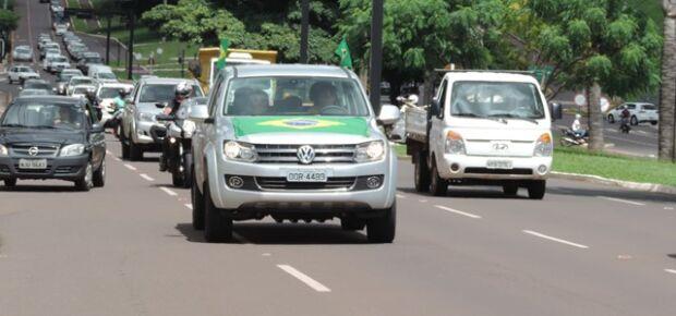 Campo-grandenses apoiam caminhoneiros em carreata que vai até a MS-040