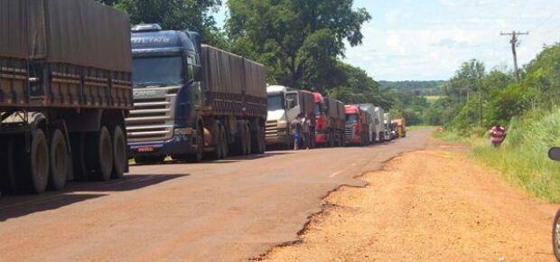 Caminhões parados na MS-040