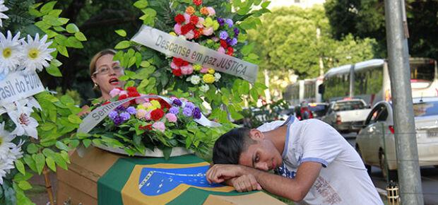 Protesto com caixão e coroa de flores chama atenção na Afonso Pena