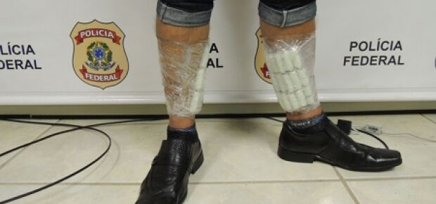 Homem é preso com cocaína presa às pernas em aeroporto